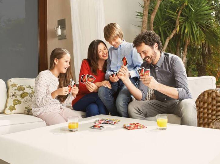familie-spielt-uno