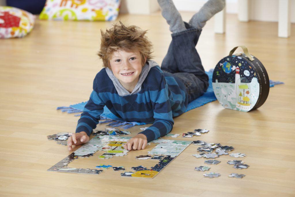 junge-spielt-mit-puzzle