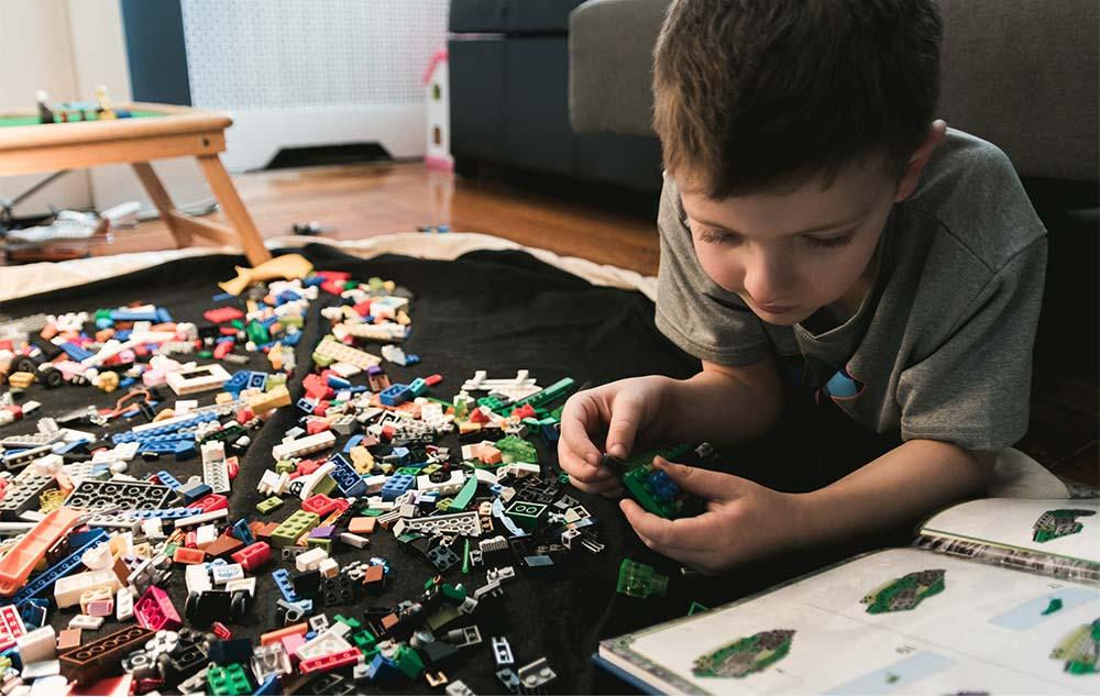 junge-spielt-lego